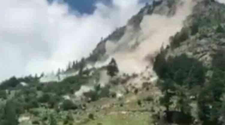 VIDEO: Nouă oameni au murit după ce mașina în care se aflau a fost lovită de bolovani căzuți de pe munte, în India