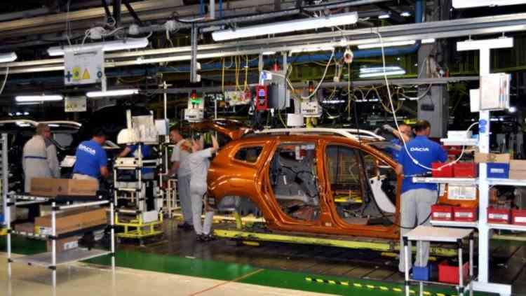 Mii de angajaţi ai uzinei Dacia din Mioveni au fost trimişi acasă pentru câteva zile, din cauza crizei de componente electronice