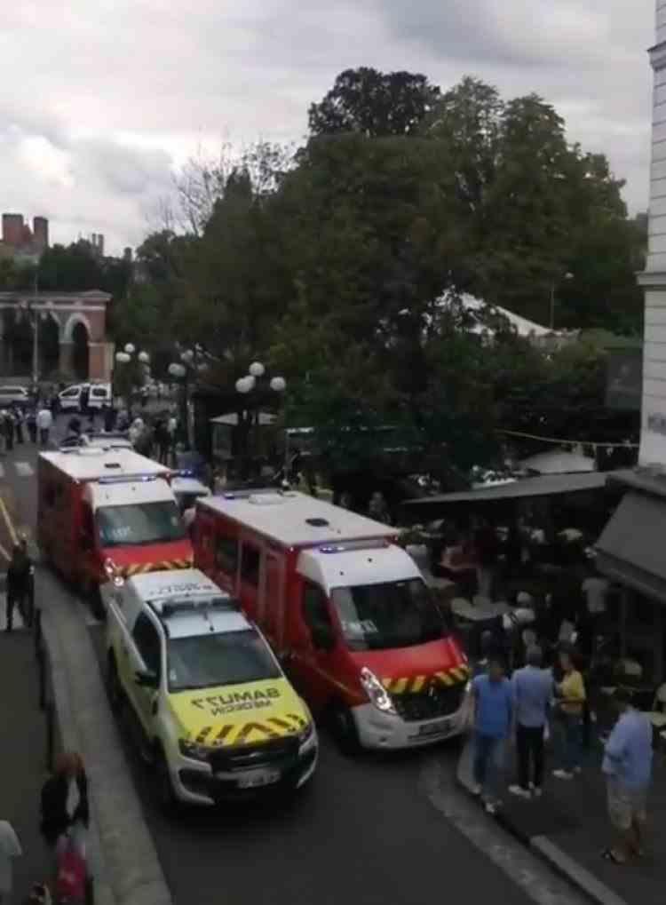 VIDEO: Şase persoane au fost rănite după ce o maşină a intrat într-o terasă aglomerată, într-un oraș din Franța