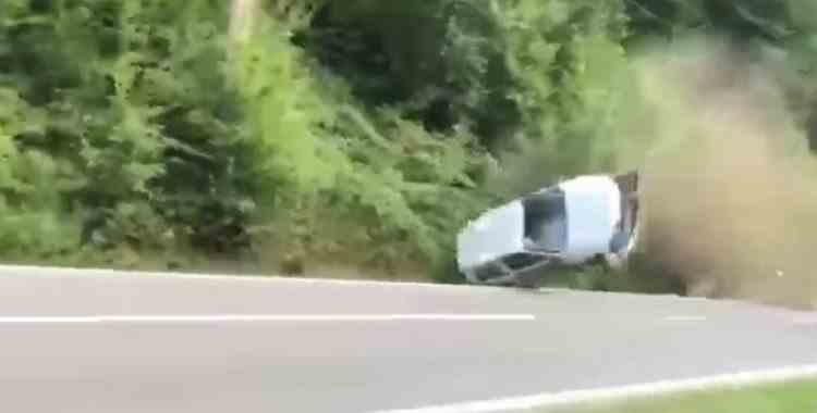 VIDEO: Accident grav la raliul din Câmpulung Muscel - O mașină s-a lovit de marginea drumului și s-a rostogolit de câteva ori în aer
