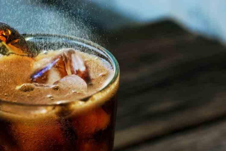 Un tânăr de 22 de ani a murit după ce a băut o sticla de 1,5 litri de suc acidulat în doar 10 minute