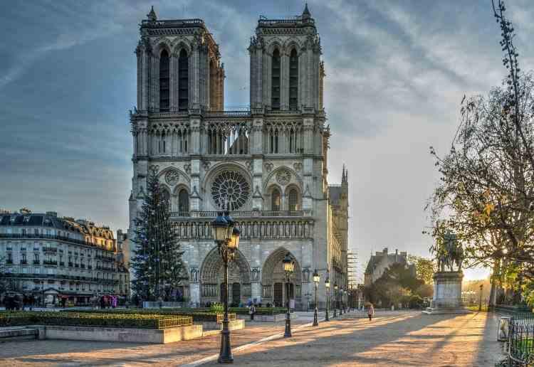 Pilot arestat la Paris, sub suspiciunea că intenționa să prăbușească un avion peste catedrala Notre-Dame
